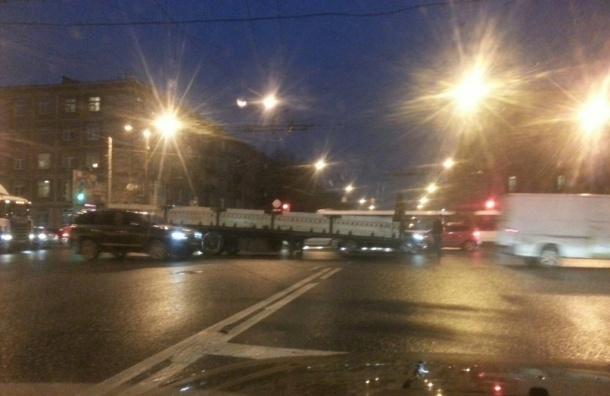 Фура потеряла прицеп – на дороге в сторону Володарского моста пробка