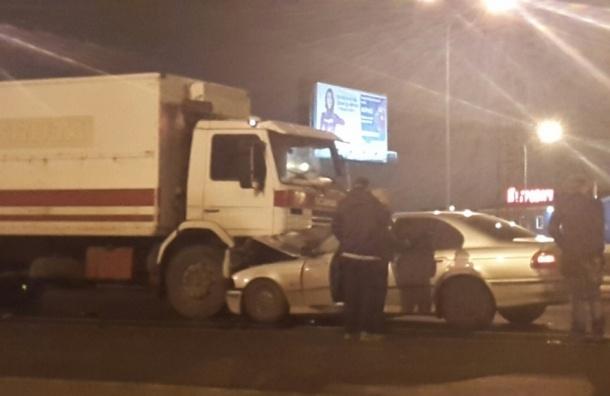 Очевидцы: Водитель BMW остался жив после столкновения с фурой
