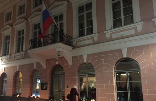 Российское посольство в Таллине утопает в цветах в знак скорби