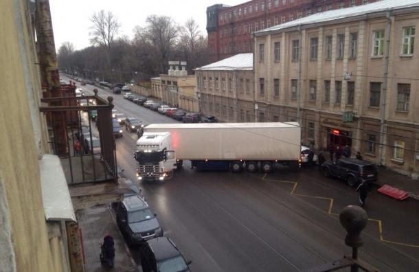 Фура перекрыла движение на Лифляндской улице