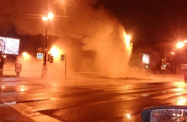 Почти 700 зданий остались без тепла из-за прорыва трубы на Васильевском острове