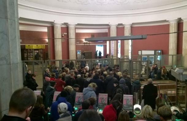 Отключение света в нескольких районах Петербурга создало в метро «аншлаг»