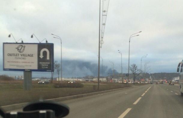 Облако черного дыма поднимается со стороны Волхонского шоссе