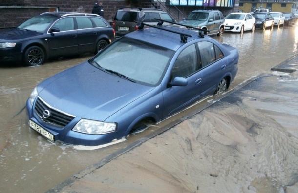 Автомобиль ушел в свободное плавание после прорыва трубы на Парнасе