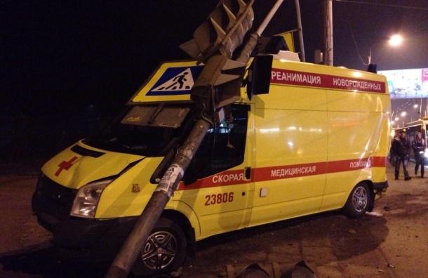 Автомобиль реанимации попал в ДТП и сбил светофор на проспекте Ветеранов