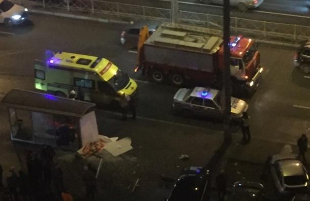 Машина врезалась в остановку на Ленинском – два человека пострадали