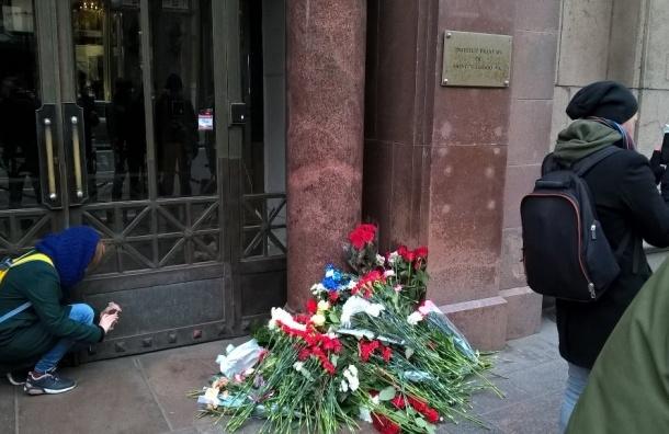 Петербуржцы продолжают нести цветы к генконсульству Франции