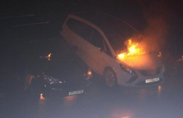 Бутылкой с бензином подожгли две машины в Горелово
