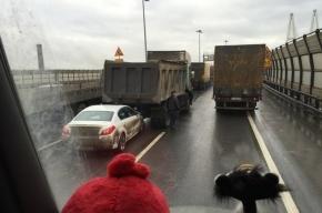 КАД встал в пробке из-за массового ДТП с грузовиками