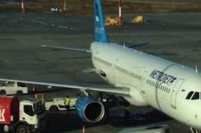 Буксировщик протаранил самолет «Когалымавиа» в Пулково