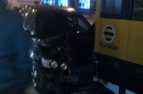 Иномарка влетела в маршрутку у станции метро «Звездная»
