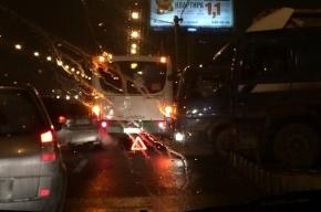 Автобус и легковушка столкнулись на мосту Александра Невского, движение встало