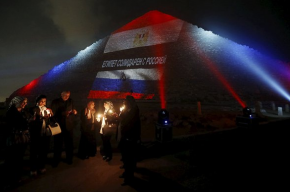 Пирамиды в Каире окрасили в цвета России, Франции и Ливана