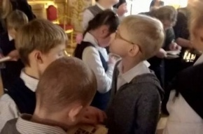 Для слепых детей создали экскурсию по Екатерининскому дворцу