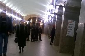 Черный пакет оцепила полиция на «Достоевской»