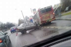 ВАЗ-2115 врезался в автобус на проспекте Народного Ополчения