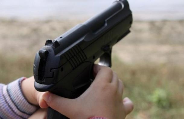 Четырехлетний малыш чуть не застрелился из отцовского пистолета
