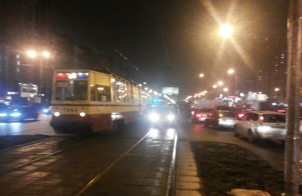 Трамвай протаранил легковушку возле метро «Проспект Большевиков»