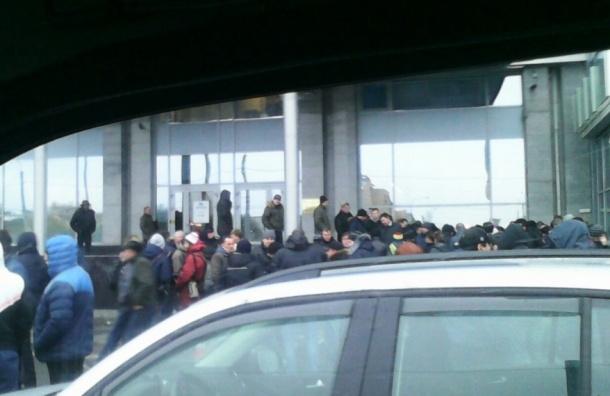 Акция грузоперевозчиков в Петербурге: более ста человек пришли к офису «Платона»