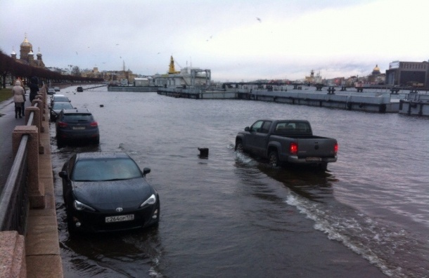 После открытия дамбы часть набережных и парков Петербурга затопило