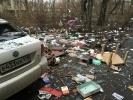 Человек повыбрасывал все свои вещи из окна дома: Фоторепортаж