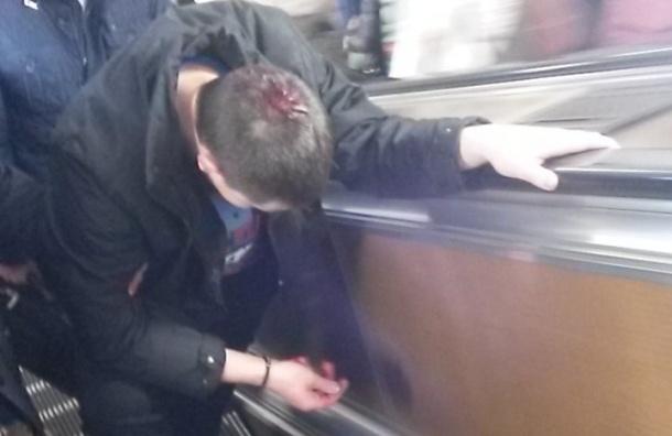 Пьяный мужчина разбил голову на эскалаторе станции