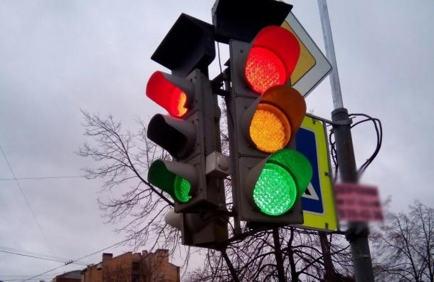 Светофор устроил «новогоднее представление» на перекрестке Моисеенко-Новгородской
