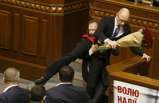 Власти Украины увеличили зарплату Яценюку на четверть