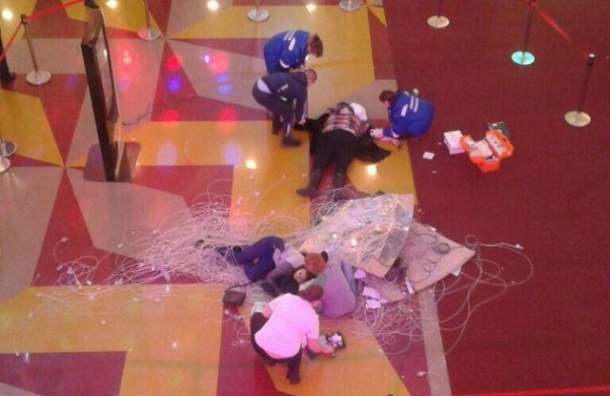 Люстра рухнула на людей в торговом центре Сургута