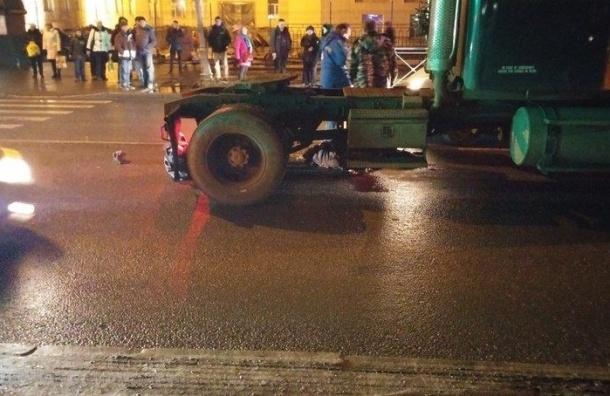 Человека сбил насмерть грузовик в Красном Селе