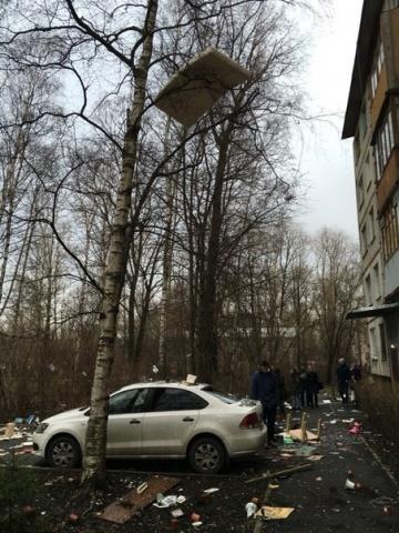 Человек повыбрасывал все свои вещи из окна дома: Фото