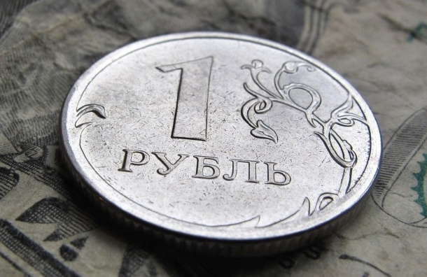Рубль растет за нефтью