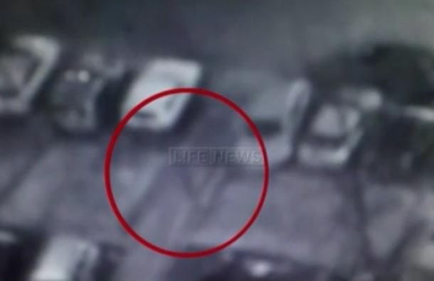 Нападение на московского полицейского попало на видео