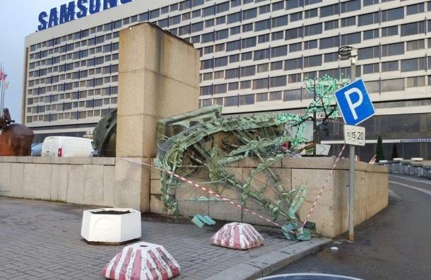 Возле гостиницы «Санкт-Петербург» сдуло кораблик