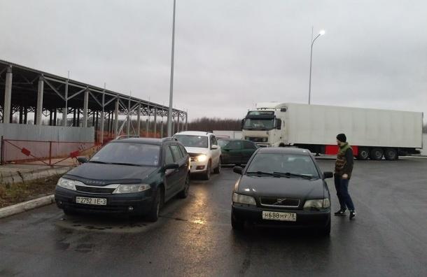 Колонна дальнобойщиков двинулась по Софийской улице в сторону Колпино