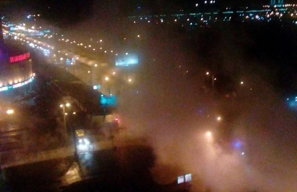 Десятки автомобилей затопило кипятком на обочине проспекта Славы