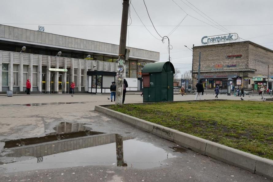 Заброшенный кинотеатр «Спутник» и пустырь со скамейками — первое, на что обращаешь внимание на «Ломоносовской»