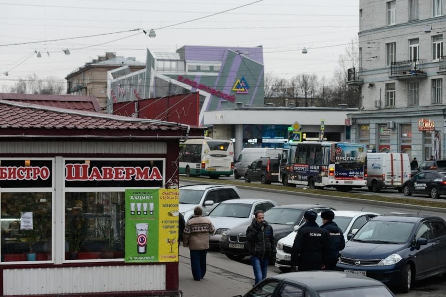 «Елизаровская» - унылые пятиэтажки, бесконечные ларьки с шавермой, серые дома