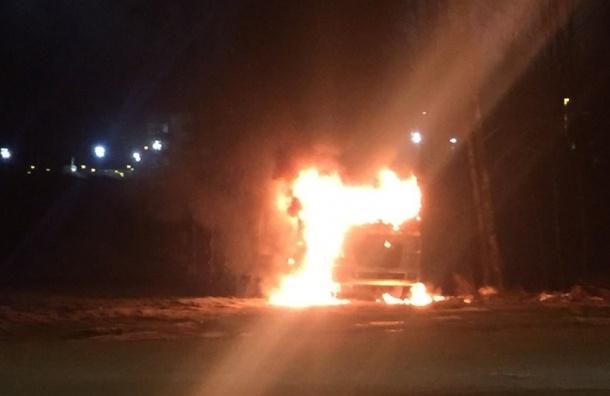 На углу Выборгского и Горского шоссе горит автовоз