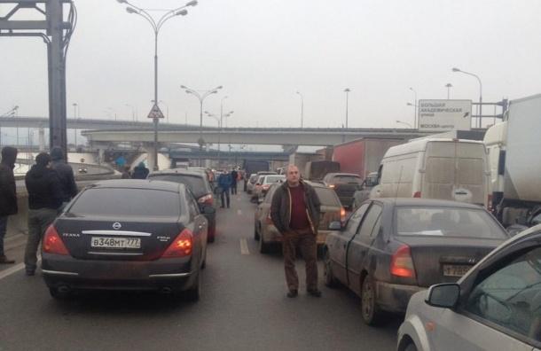 Военные грузовики выехали к району МКАД, который заблокировали дальнобойщики