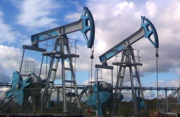 Рубль слабеет на 1% вслед за нефтью