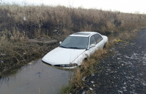 Машина утонула на опасном повороте в Авиагородке