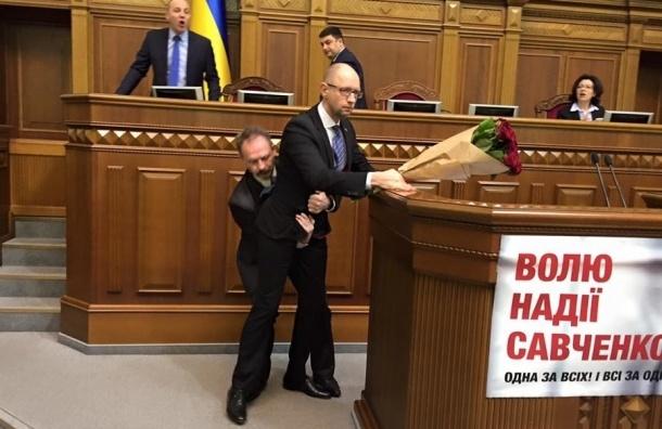 Мистер-невозмутимость: Арсения Яценюка приподняли во время выступления