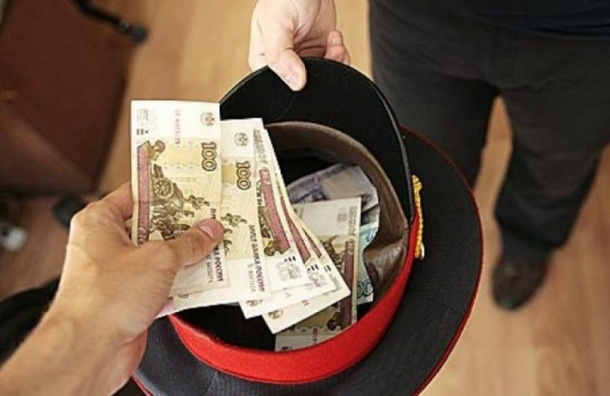 Сотрудника по борьбе с коррупцией в Петербурге подозревают в получении взятки