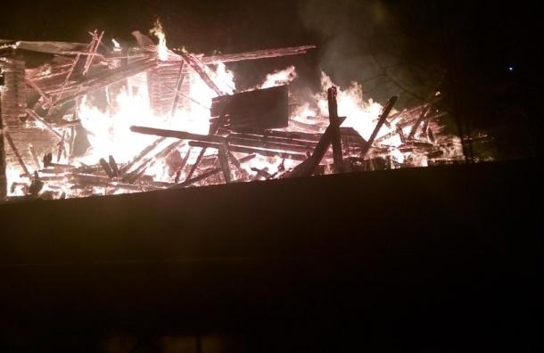 Старый дом культуры полностью сгорел в Мурино