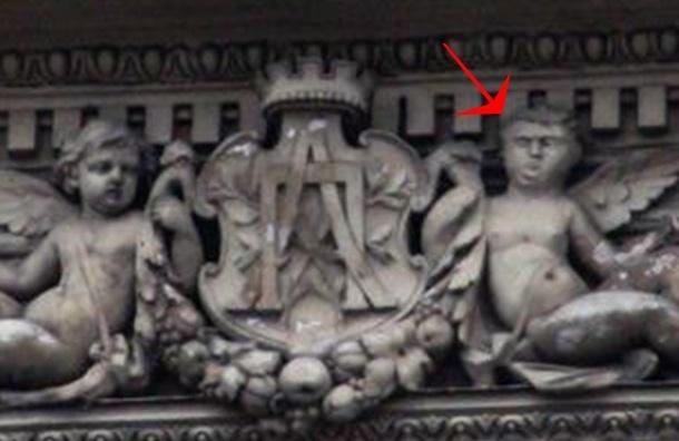 Изуродованное лицо скульптуры ангела увидели на Невском