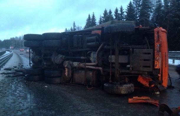 Один грузовик перевернулся и еще один вылетел с дороги после выпадения снега в Петербурге