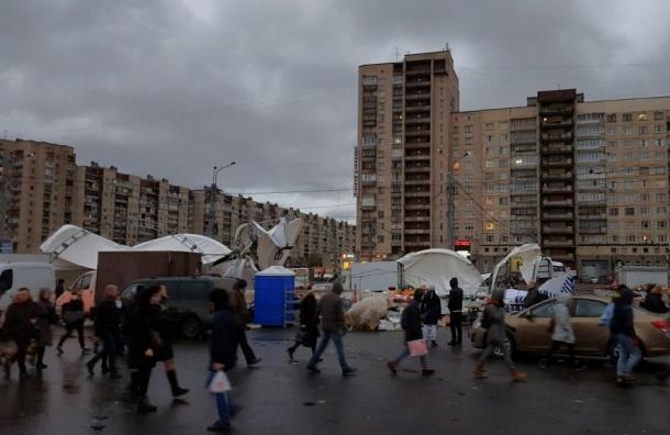 Ветер снес палаточный рынок на проспекте Большевиков, есть пострадавшие