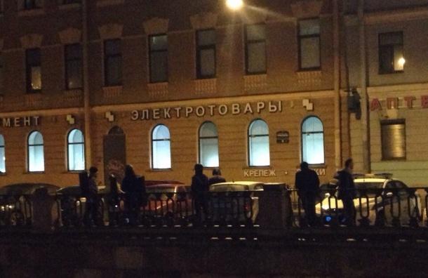 Иностранец выкидывал вещи из окна в центре Петербурга
