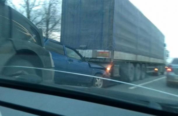 Легковушку зажало между двумя фурами на Московском шоссе